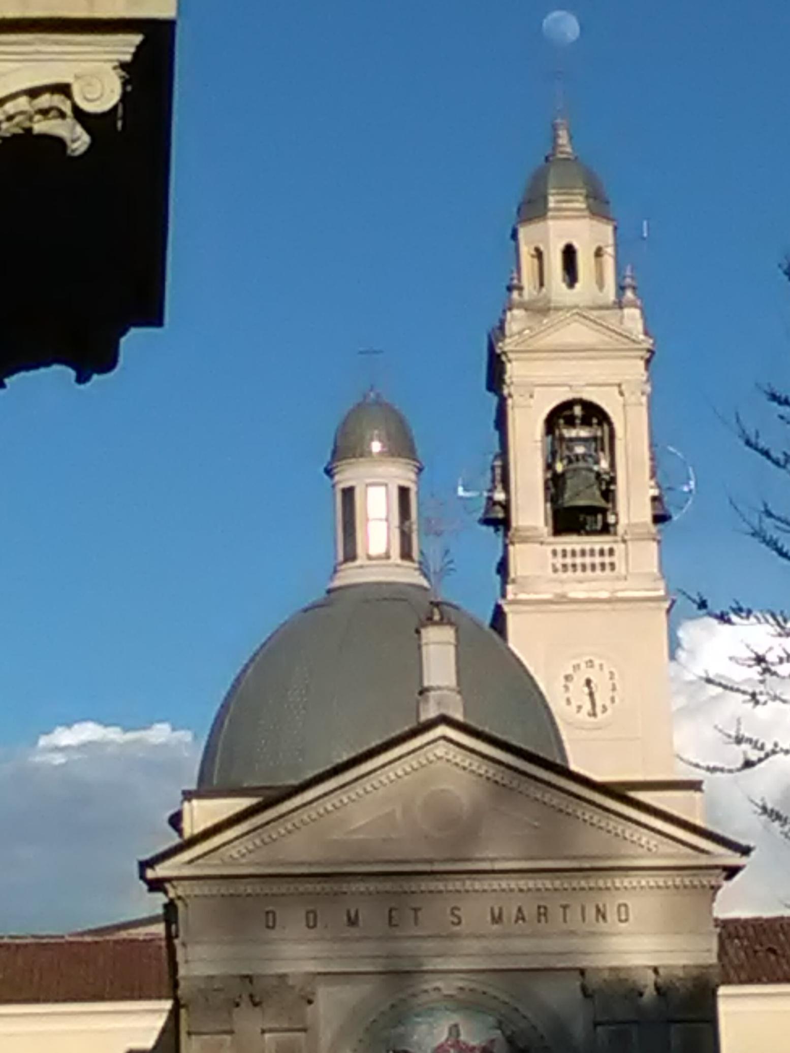 <strong>La chiesa di San Martino e la luna</strong></br>La luna piena sopra il campanile della chiesa di San Martino</br>               </br><i>Credits: S. Z.</i>
